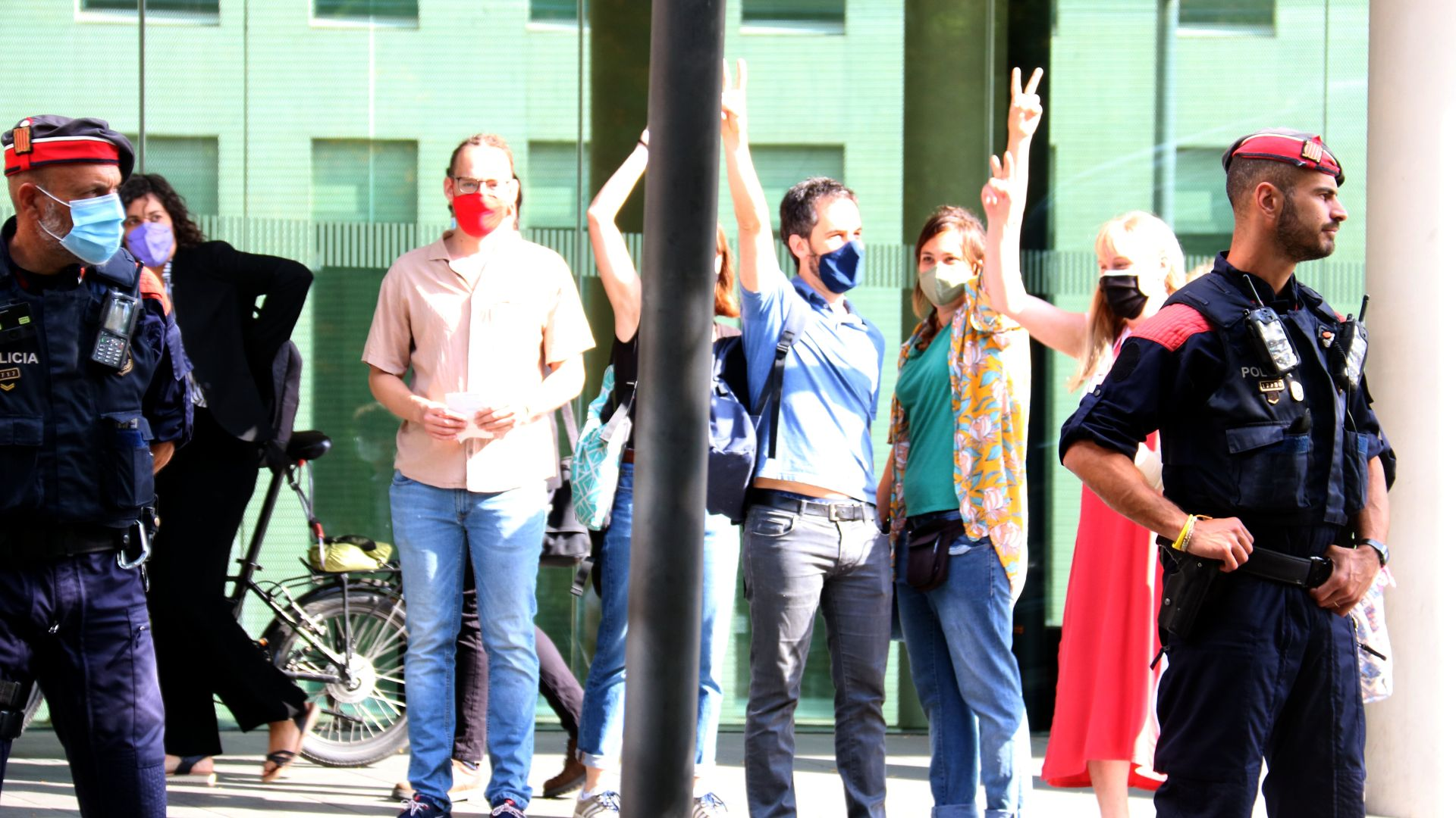 Membres del Sindicat de Llogaters entrant als jutjats