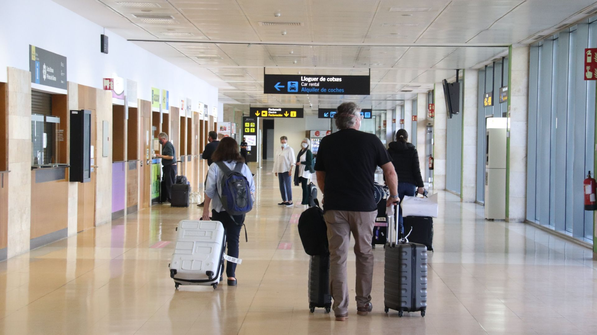 Turistes arribant a l'aeroport