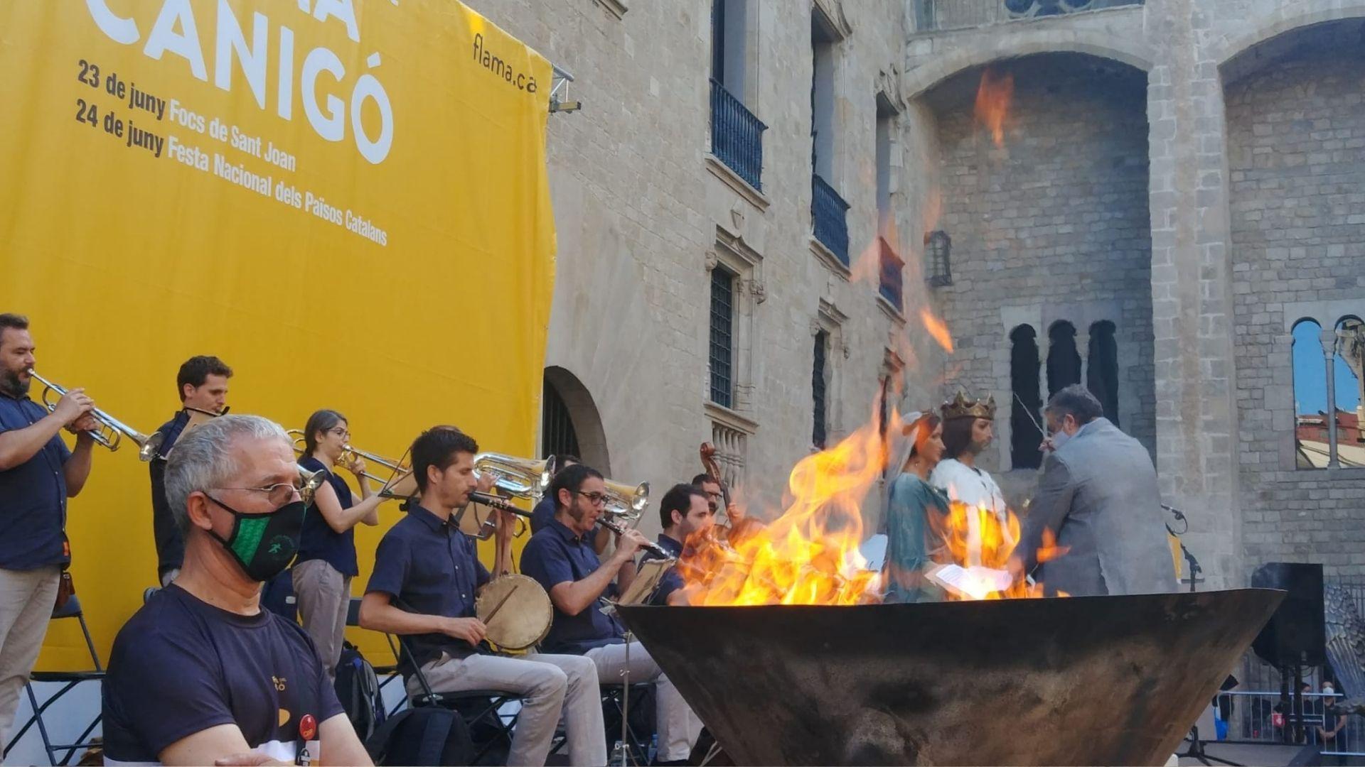 Flama del Canigó a la plaça del Rei de Barcelona per encendre les fogueres de Sant Joan