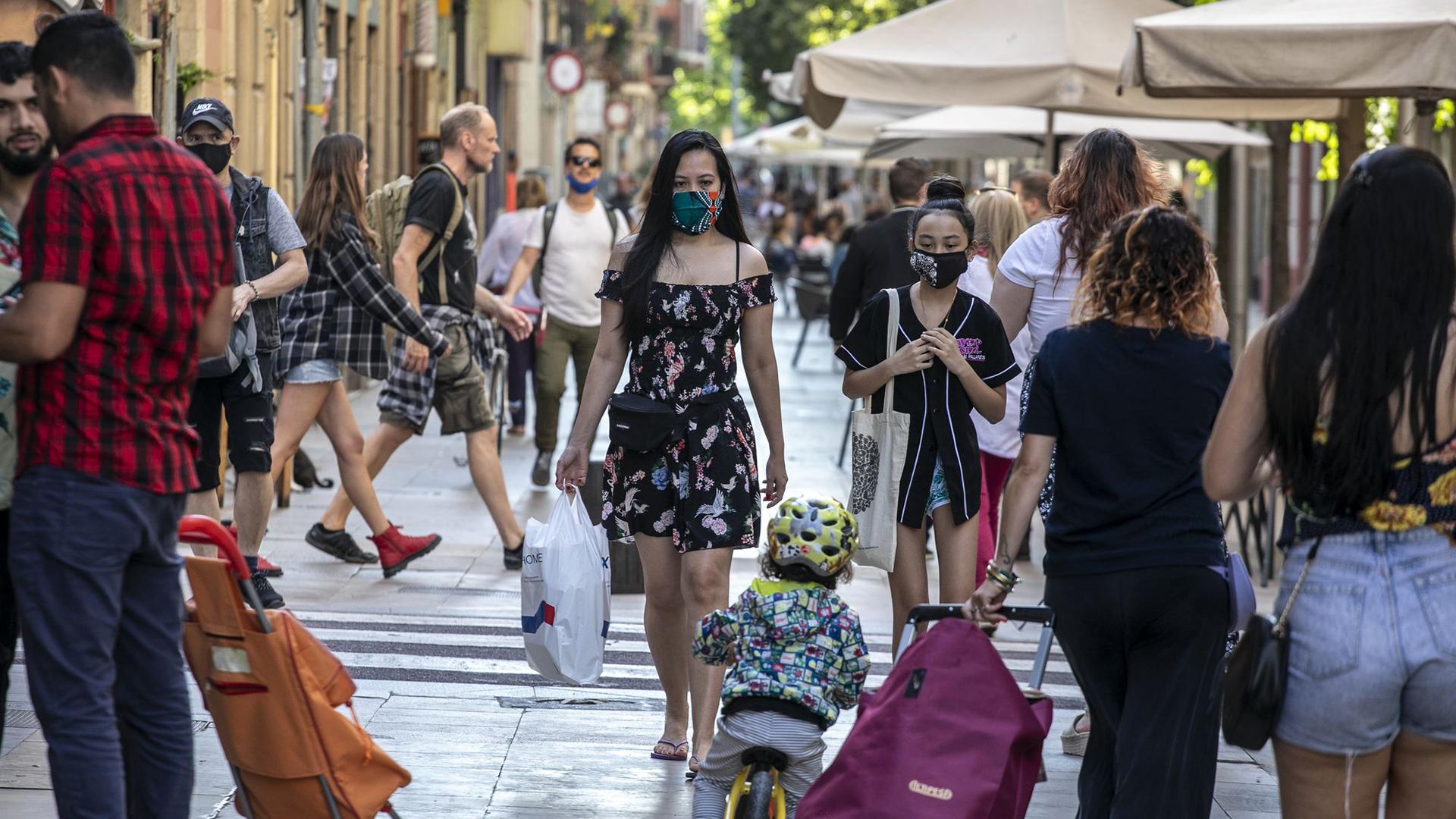 gent amb mascaretes al carrer de Blai