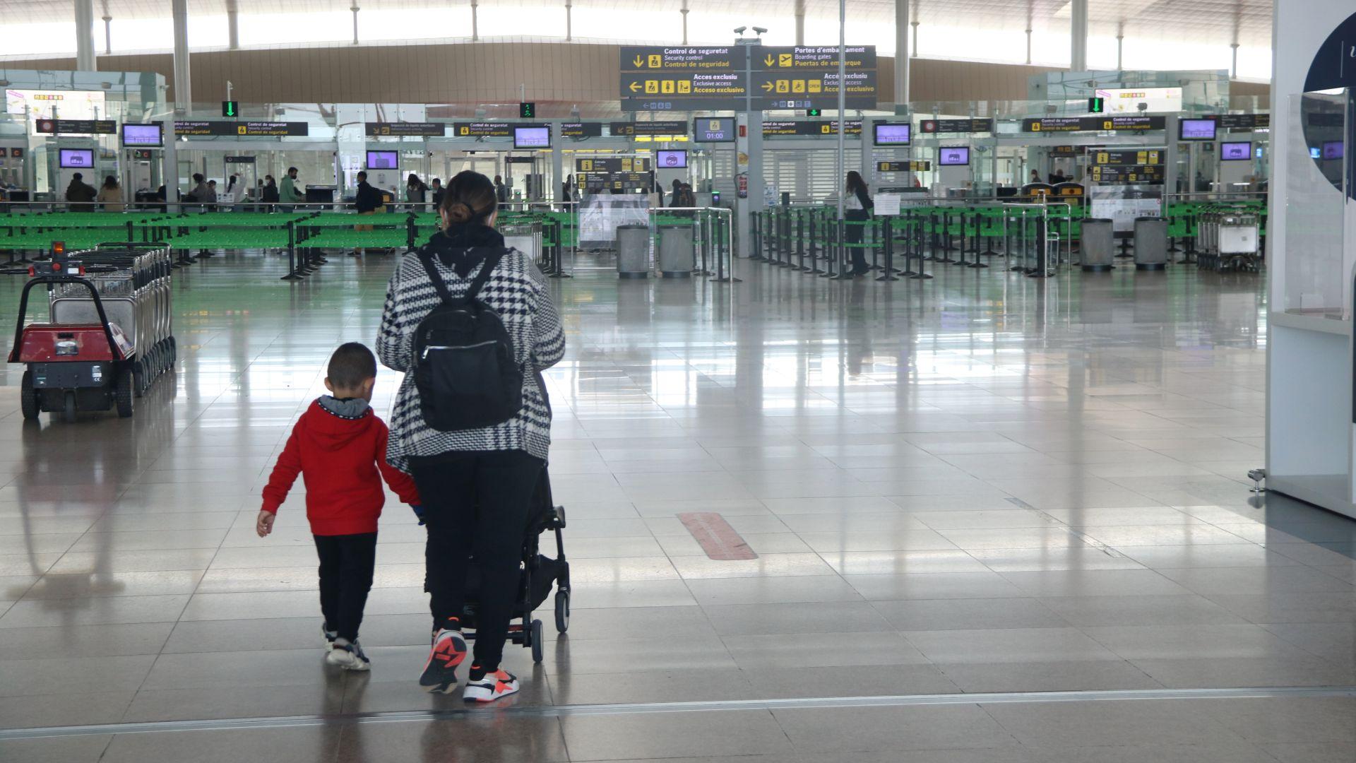 mare i nen en un aeroport