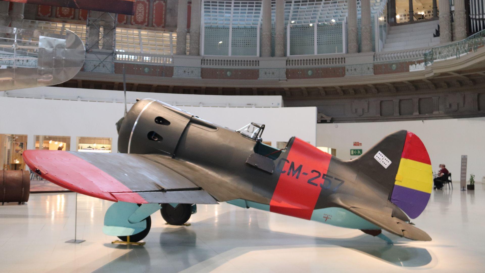 replica avió Guerra Civil a la Sala Oval del MNAC