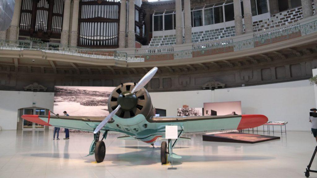 rèplica avió Guerra Civil a la Sala Oval del MNAC