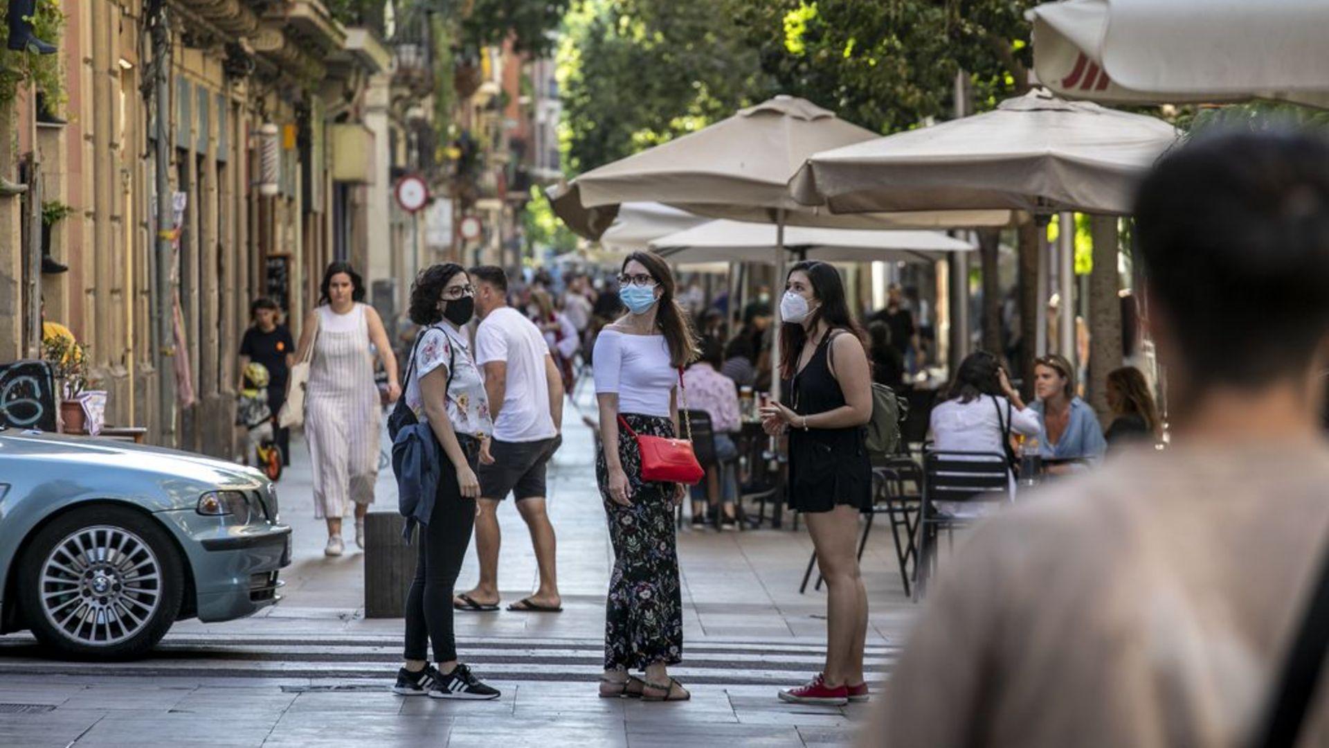 tres noies joves al carrer amb mascareta