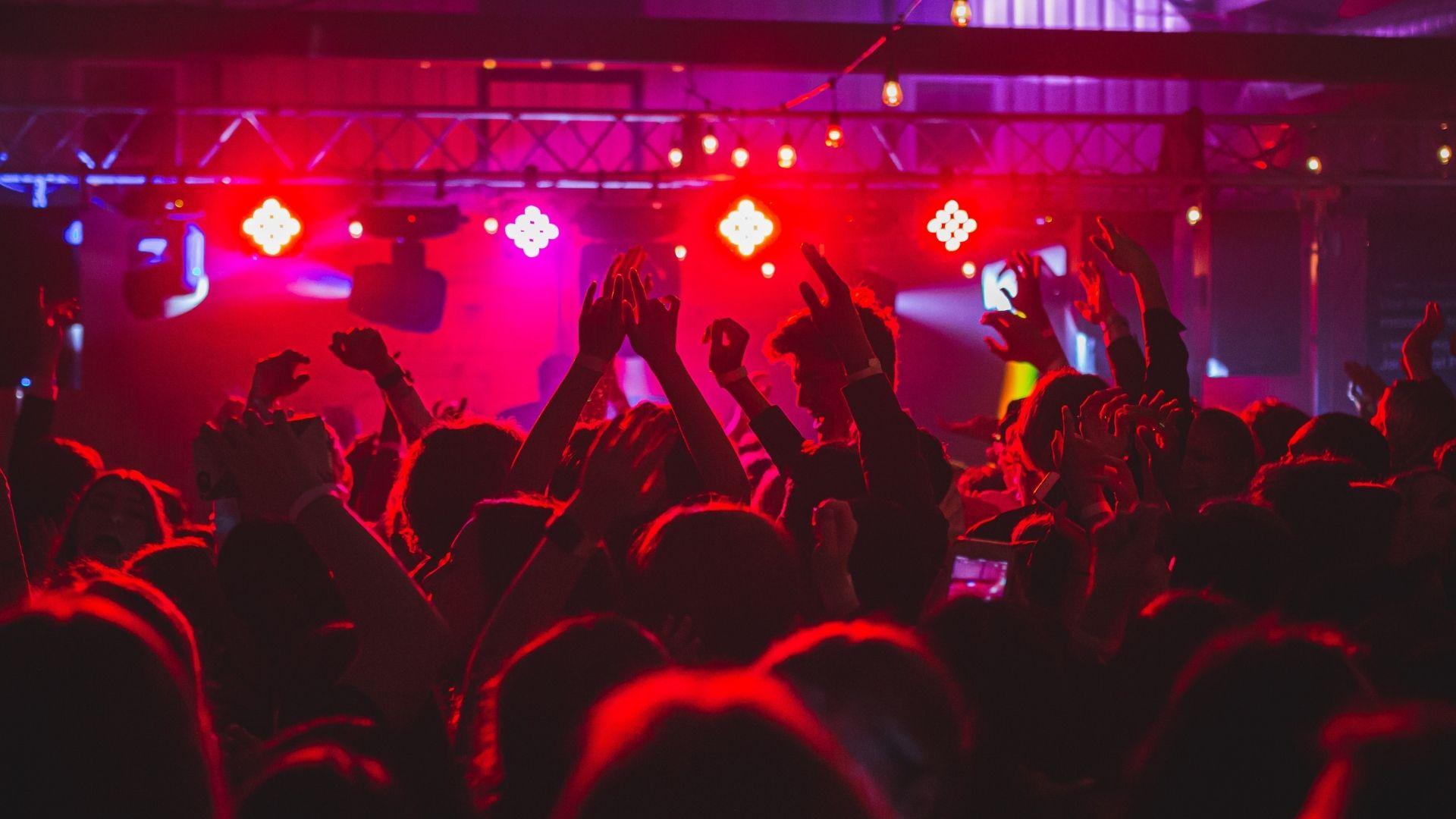 Gent ballant en una discoteca