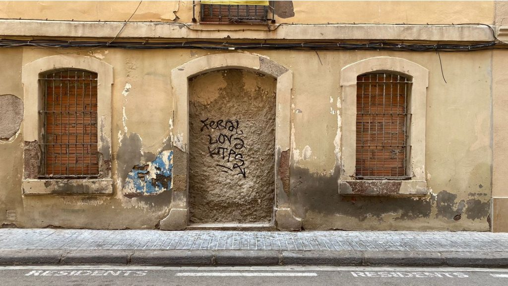 Imatge de de l'entrada de l'edifici cedit a l'ajuntament al carrer del Comte de Santa Clara 80-82