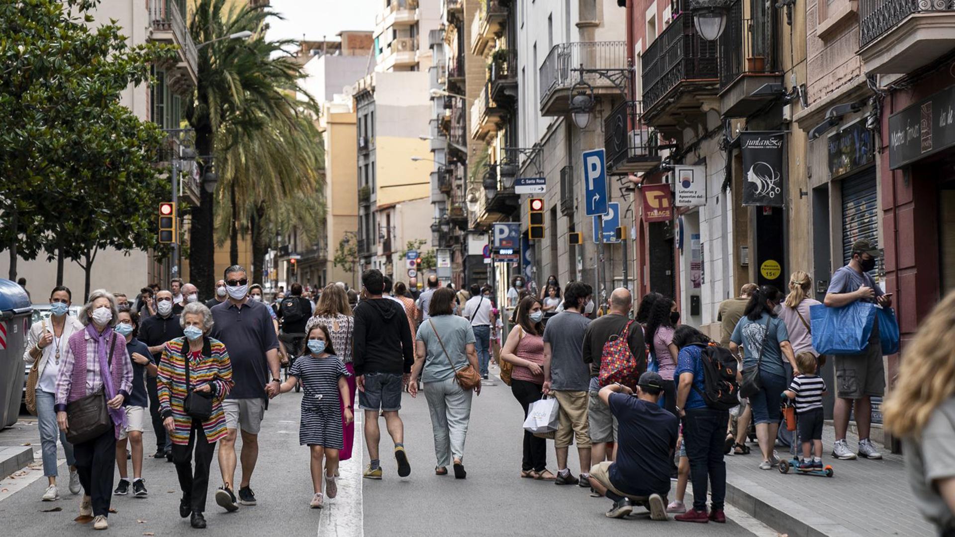 gent caminant amb mascareta