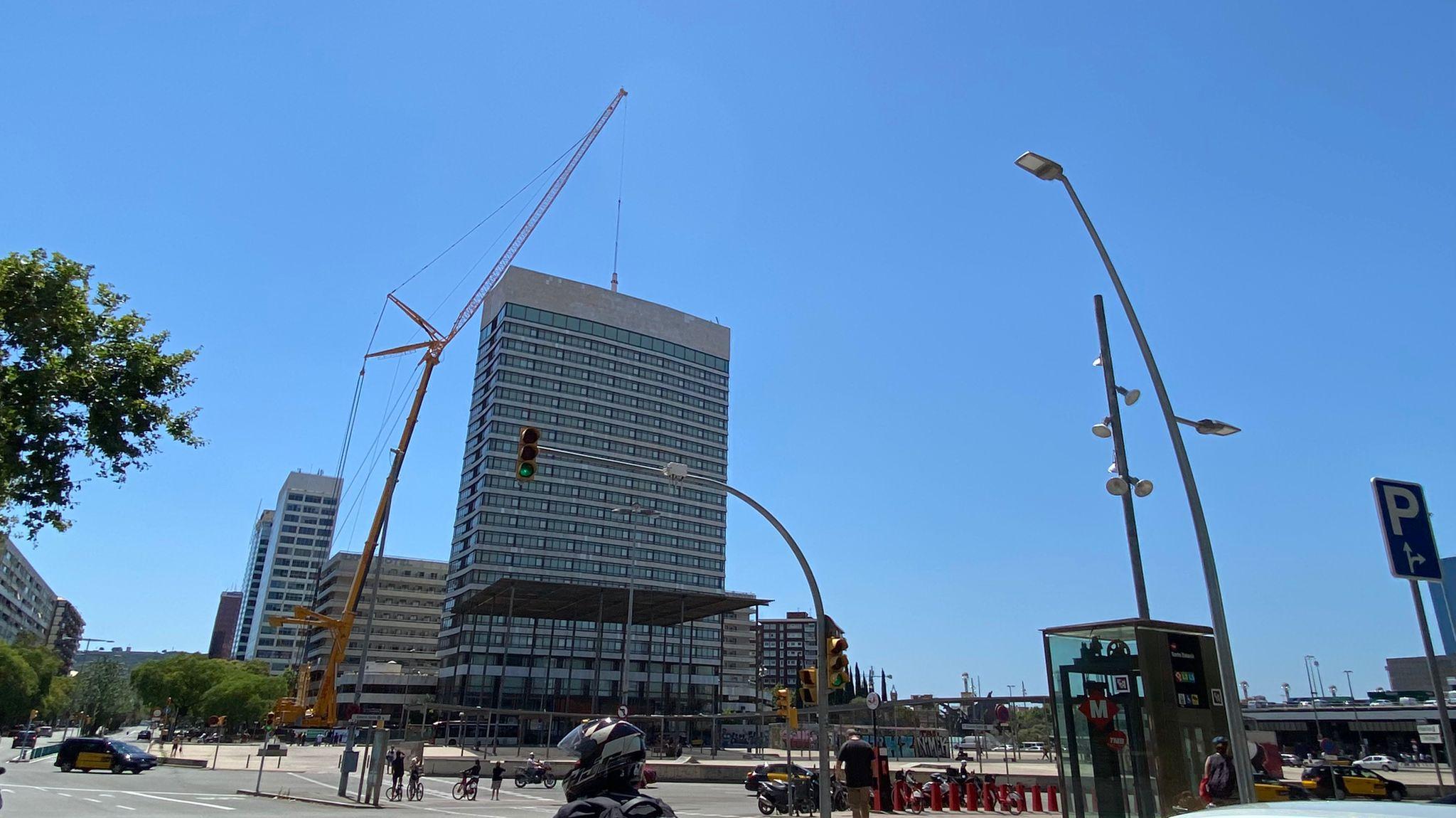 grua retira antena Torre Catalunya a Sants