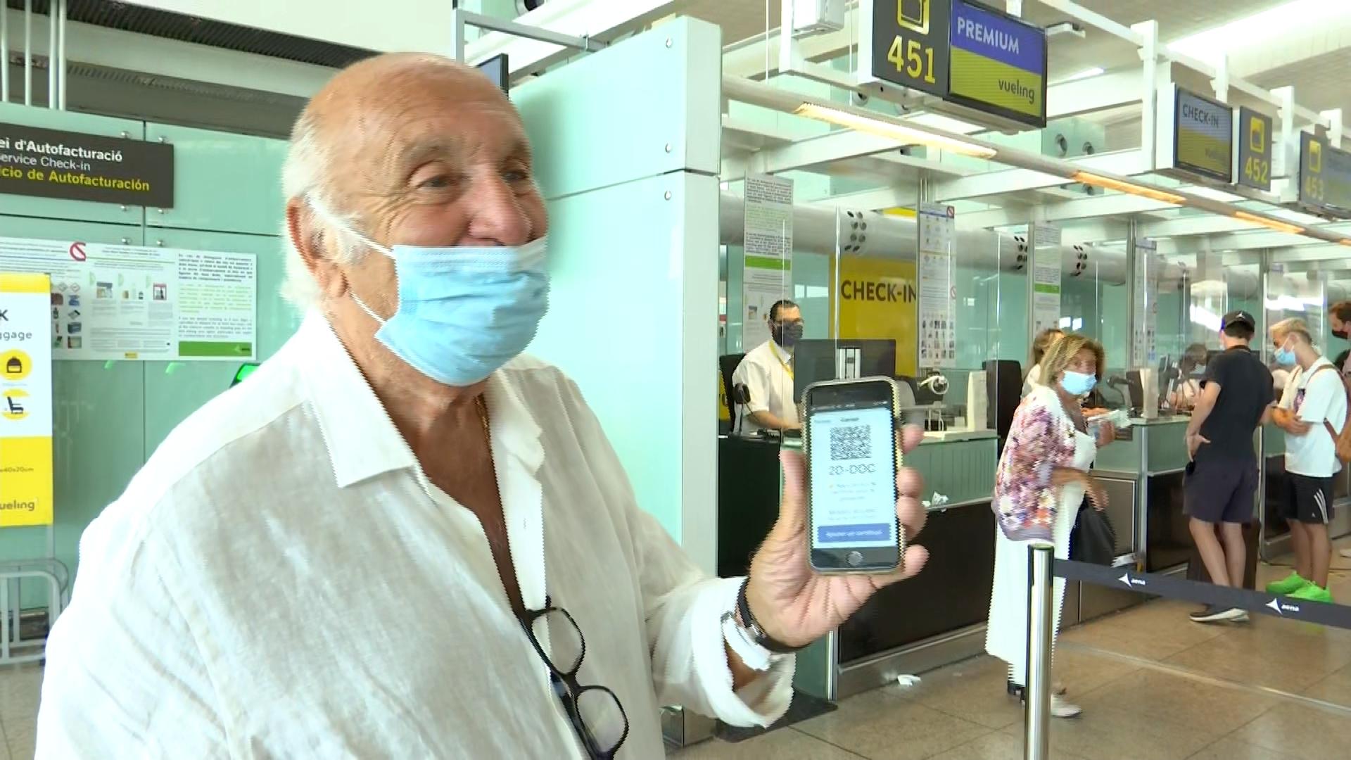 passatger ensenya passaport covid a l'aeroport