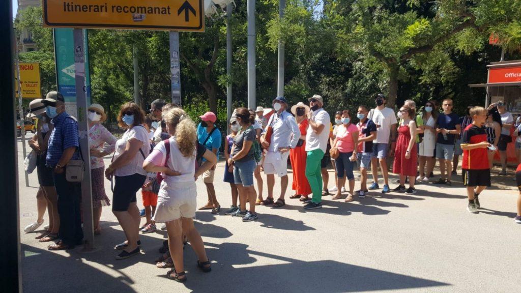 Cua per pujar al bus turístic a Sagrada Família.