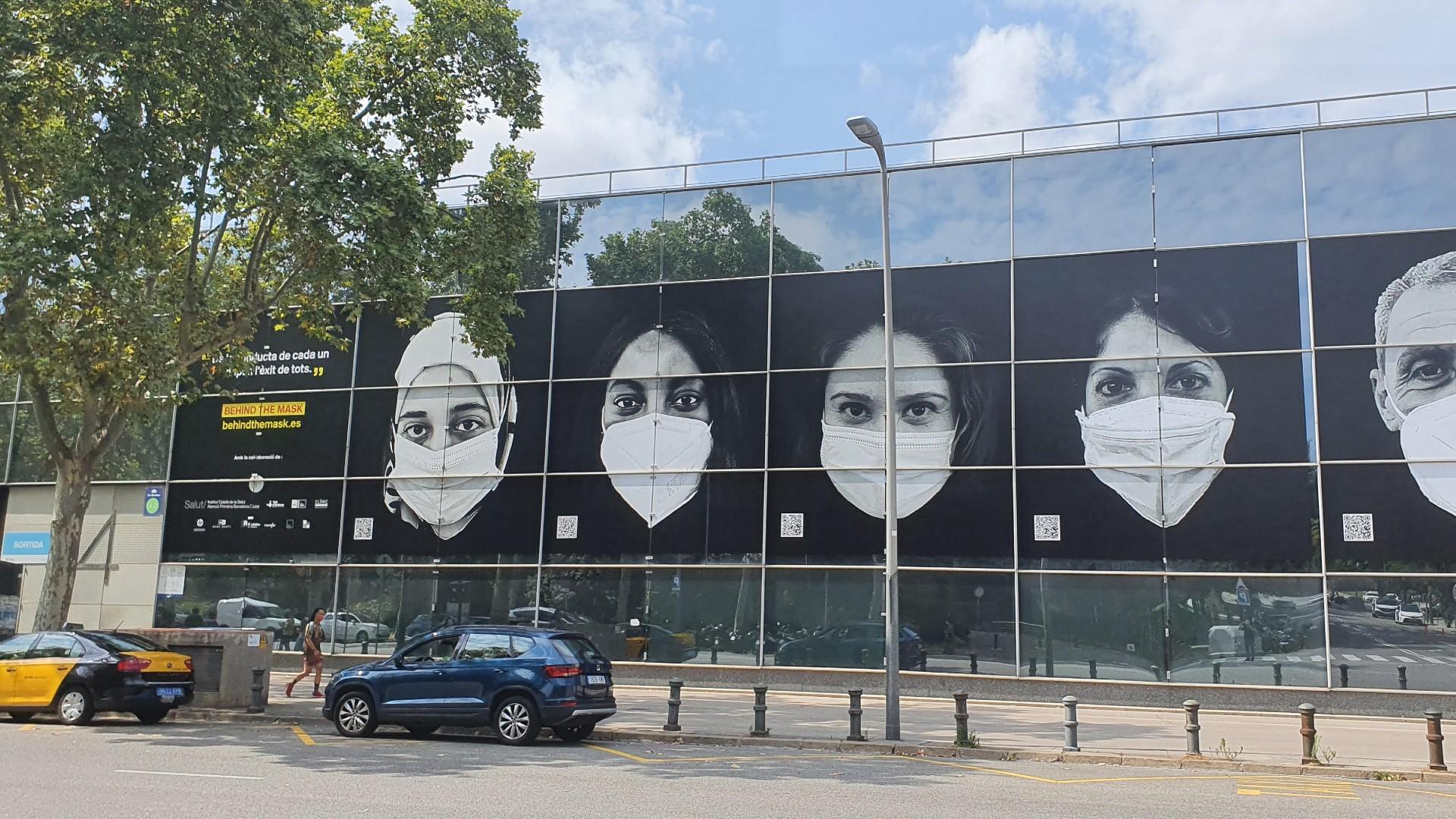 Pancartes a la Fira de Barcelona amb imatges de sanitaris per la campanya Behind the mask