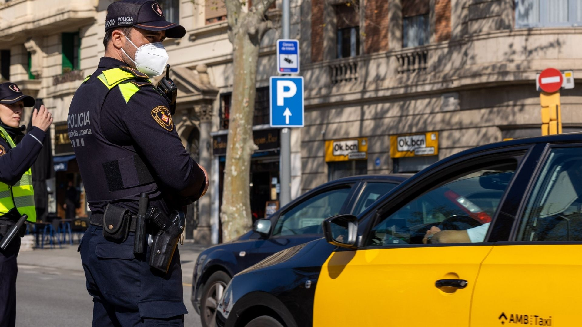 guàrdia urbana amb un taxi