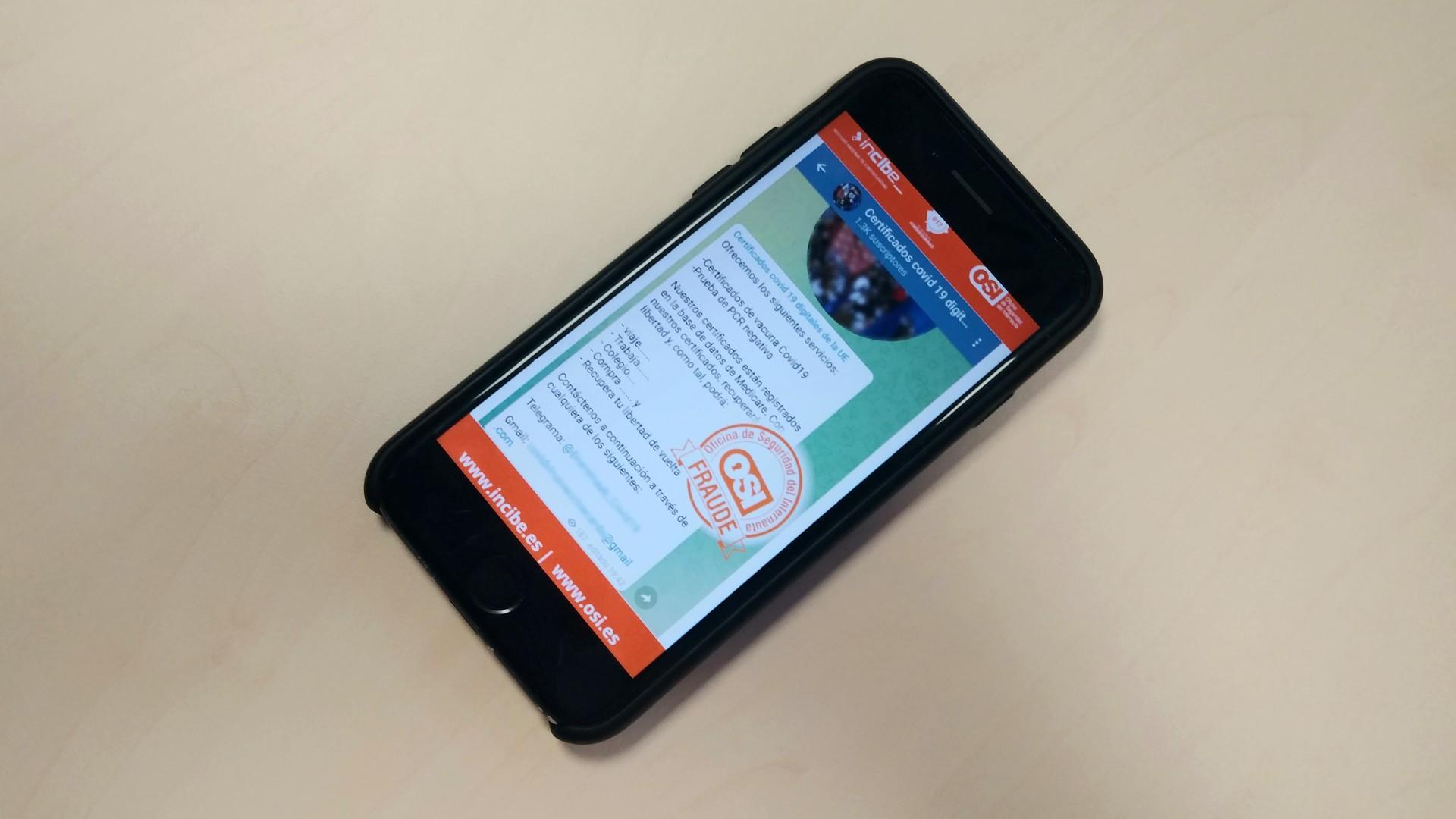 Un telèfon mòbil amb la informació de la ciberestafa per obtenir un certificat covid fals
