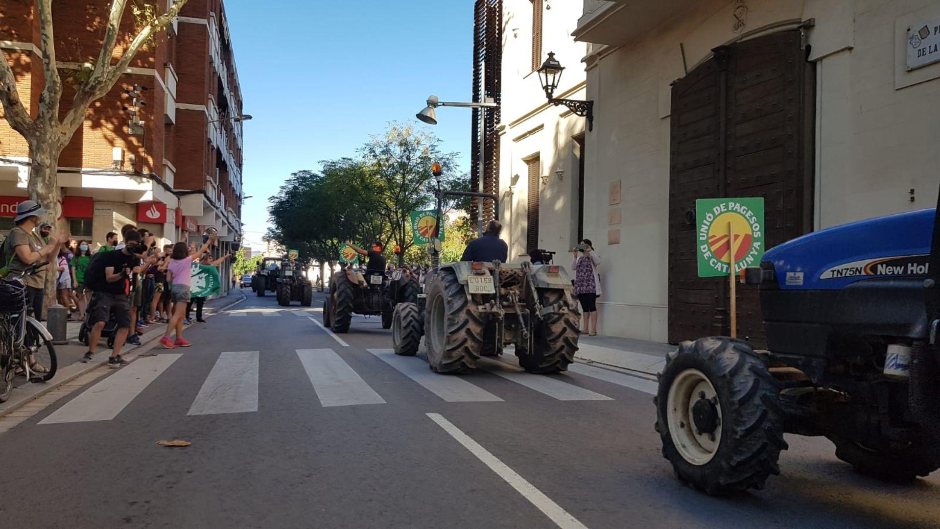 Tractors a la plaça de la vila manifestacio aeroport