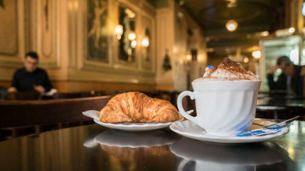 cafe i croissant al Cafè de l'Òpera