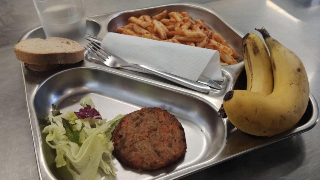 safata de menjar escolar amb macarrons i hamburguesa vegetal
